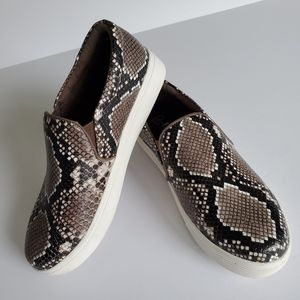 Blondo waterproof slip on snake print sneaker sz6